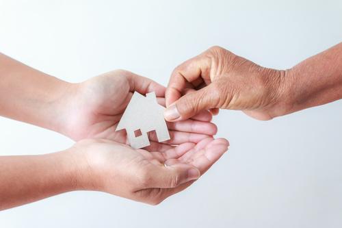 Darování bytu, domu či pozemku: Jaké daňové povinnosti Vás neminou po uzavření darovací smlouvy na nemovitost?